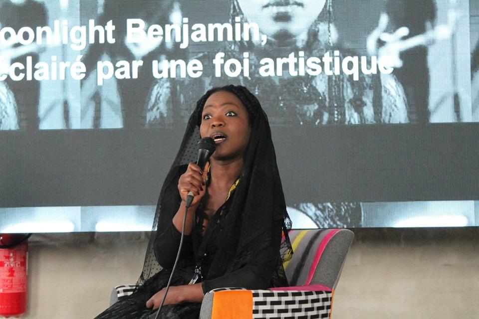 Moonlight Benjamin: Udržet si kontakt s rodnou zemí